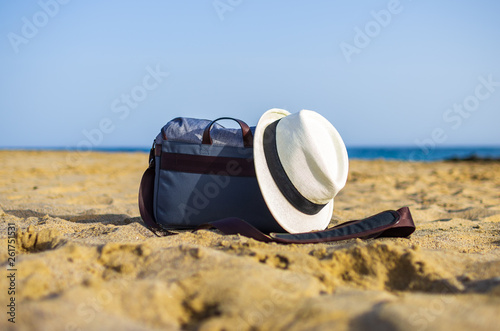Fotografía  Shoulder bag and white hat on the sand of the beach