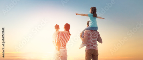 Photographie  happy family at sunset.