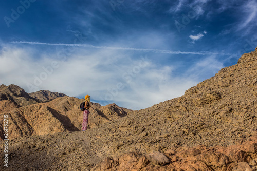 Foto  hiking bare mountains rocky highland wilderness natural scenic landscape environ