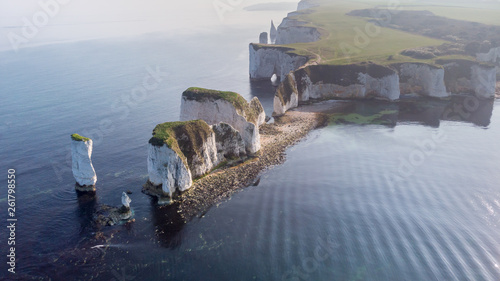 Photo An aerial view of the Old Harry Rocks along the Jurassic coast with crystal clea