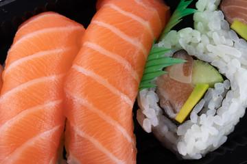 Fototapeta Do restauracji Un piatto di sushi su sfondo bianco