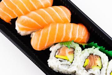 Panel Szklany Podświetlane Do baru Un piatto di sushi su sfondo bianco