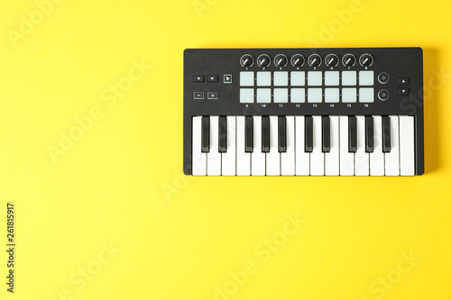 Cuadros en Lienzo Midi keyboard on color background, space for text