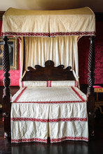 Vintage Four Poster Canopy Bed...