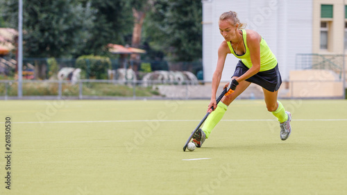 Fotografía  Young female field hockey player leading ball in attack.