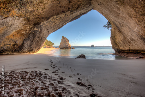Montage in der Fensternische Cathedral Cove View from inside the tunnel or cave at Cathedral Cove New Zealand