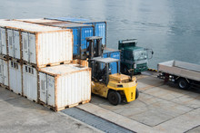 A Forklift That Carries And Organizes Containers