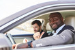 Selbstbewusster Business Mann als Autofahrer