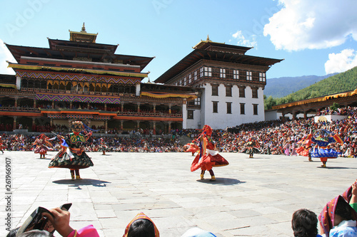 Photo Traditional dances during a religious festival (tsechu) in a dzong in Thimphu (B