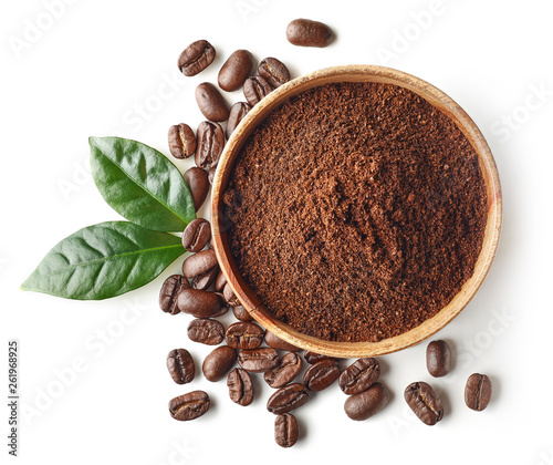 Obraz na płótnie Bowl of ground coffee and beans isolated on white background