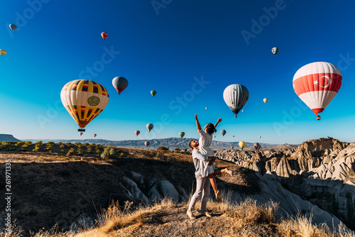 Carta da parati  Couple in love among balloons