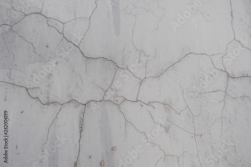 pekniecie-w-betonowej-scianie-teksturowana-kamienna-szara-sciana-luszczaca-sie-farba-na-powierzchni-cementu