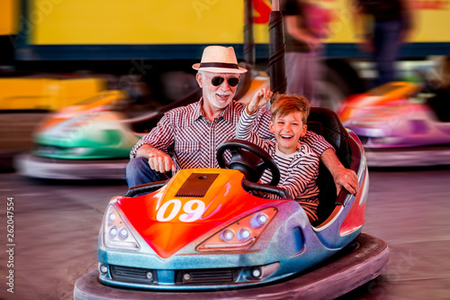 Poster Attraction parc Family in bumper car
