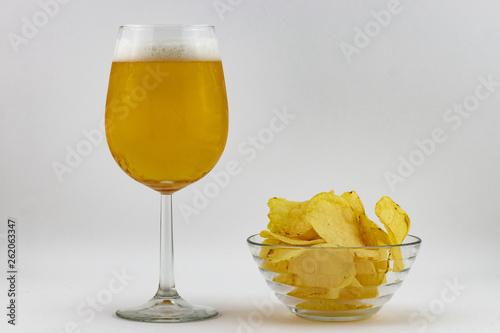 Birra fredda in bicchiere e patatine fritte Wallpaper Mural