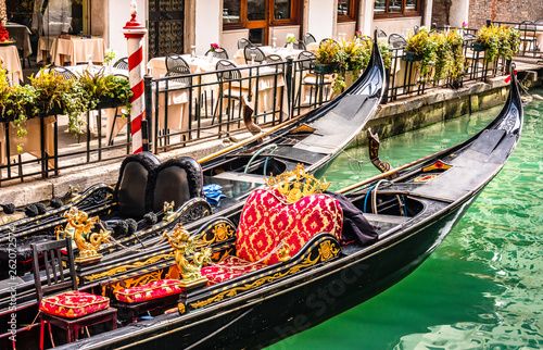 Türaufkleber Gondeln typical gondolas in venice - italy