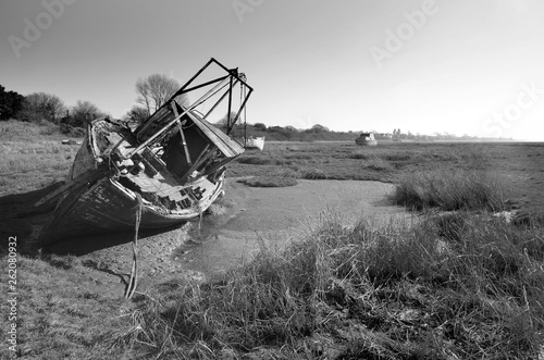 Poster Naufrage Old trawler final resting place at low tide on Heswall shore