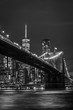 canvas print picture - Brooklyn Bridge in Manhattan bei Nacht in schwarz weiß