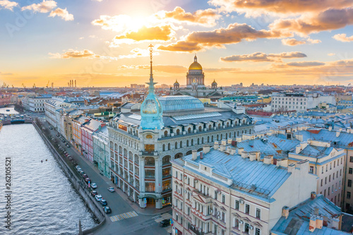Fotografía Department store shop class luxury, near the Red Bridge, historical buildings of Saint-Petersburg