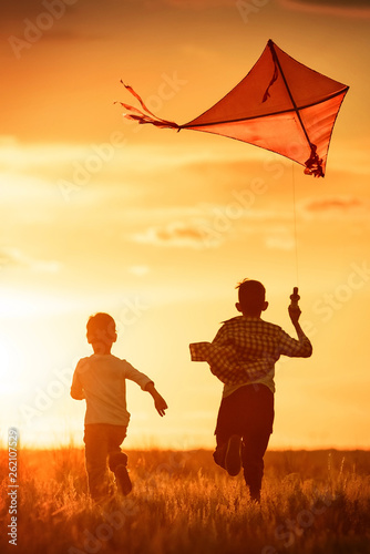Photo Children with a kite at sunset
