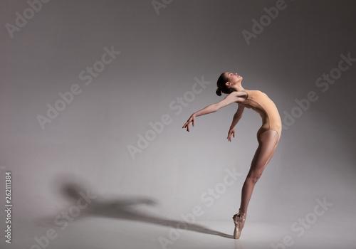 Foto young beautiful ballet dancer in beige swimsuit