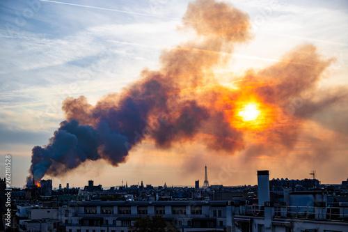 Fotografia  Notre Dame burning during sunset, Paris