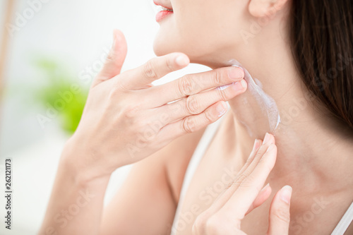 Photo woman applying cream on neck