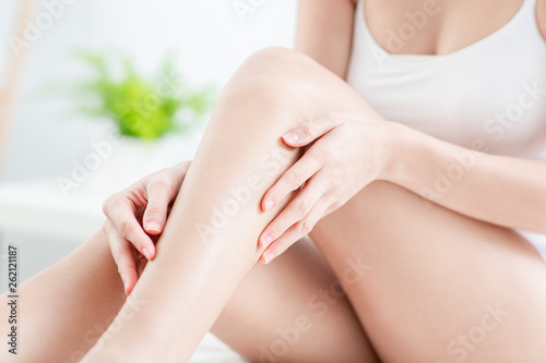 woman touching perfect shaved legs Tableau sur Toile