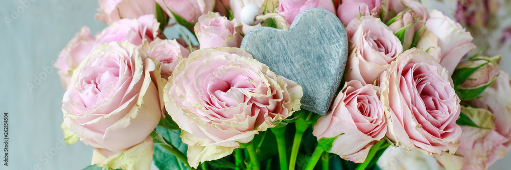 Fototapety, obrazy: Bouquet of pink roses in ceramic vase.