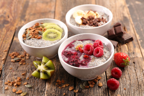 Poster de jardin Nature chia pudding with granola and fruit