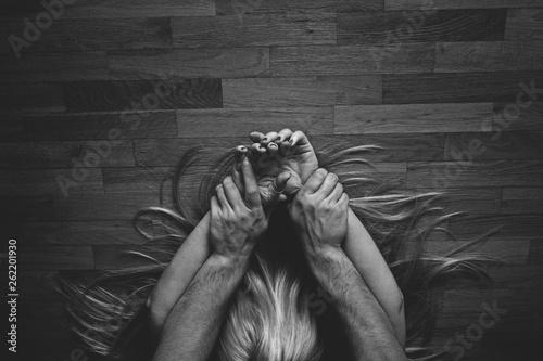 Photo amor pareja pasión manos cabello fondo de madera blanco y negro