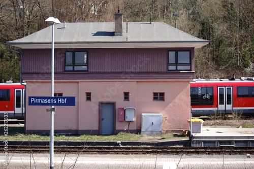 Fotografía  Ein Gebäude der Bahn am Hauptbahnhof Pirmasens...