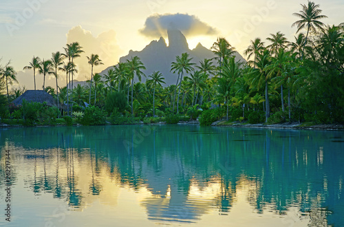 Fotografia View of the Mont Otemanu mountain reflecting in water at sunset in Bora Bora, Fr