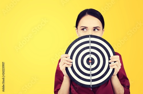 Fotografía  Beautiful businesswoman portrait holding round target of darts