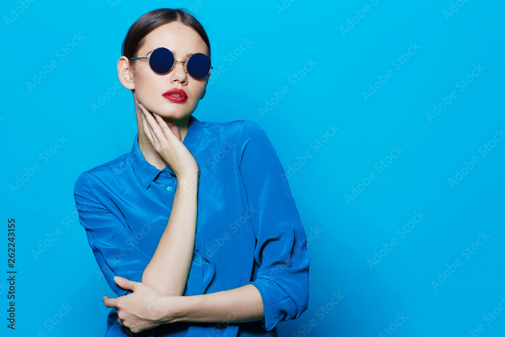 Fototapeta fashion model in sunglasses, beautiful young woman.