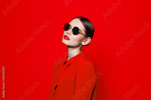 fashion model in sunglasses, beautiful young woman. - fototapety na wymiar