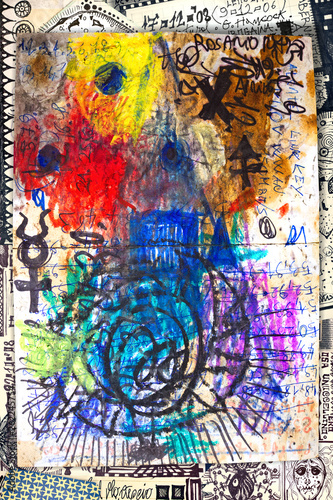 Sfondo astratto con schizzi, disegni, formule, scritti e scarabocchi colorati.