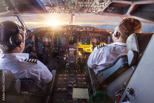 Foto Pilots in the cockpit during a flight with commercial airplane.