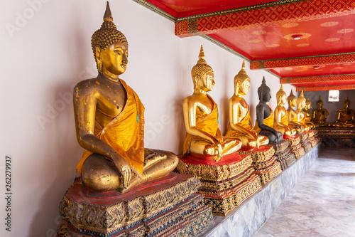 Fotografia  Buddha statues in Wat Pho temple