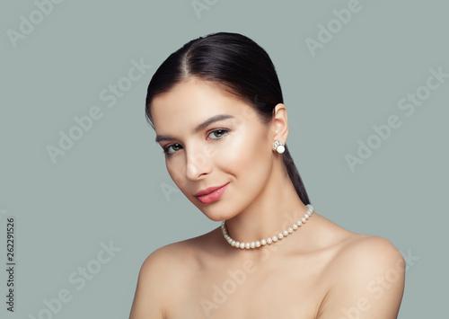 Obraz na płótnie Beautiful woman with healthy skin wearing white pearls jewelry necklace