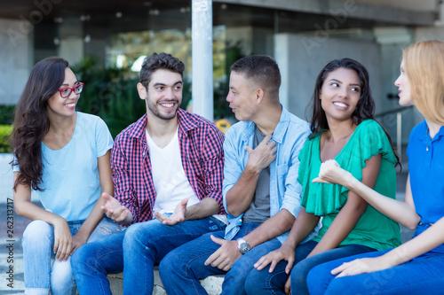 Gruppe internationaler Jugendlicher im Gespräch Tablou Canvas