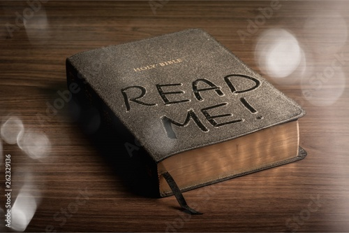 Fotomural Holy Bible  book with read me letters on a wooden background
