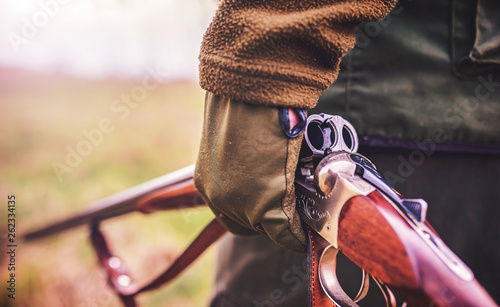 Foto Hunter with a rifle in hunting