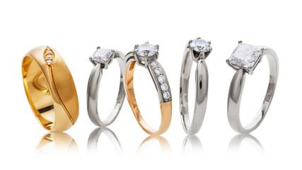Różnorodni ślubni złociści pierścionki z diamentami odizolowywającymi na białym tle