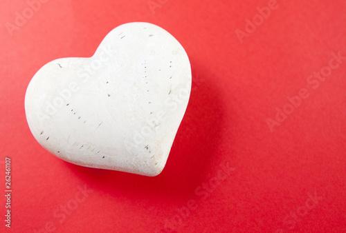 Photo  coeur blanc sur fond rouge