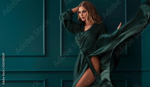 Fotografía  Fashion lady in green maxi dress.