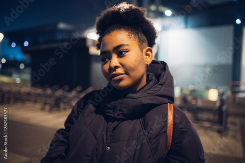 Photo  black girl posing in the street and looking straight