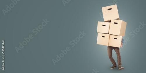 Fotografie, Obraz  Mann trägt überwältigenden Stapel Kartons in den Armen