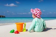 Baby Sitzt Am Strand Und Spiel...