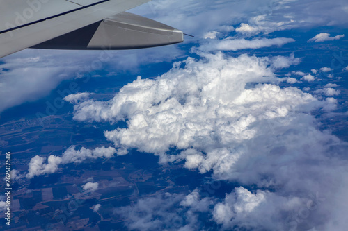 Fotografía  view of white clouds and wings of airplane