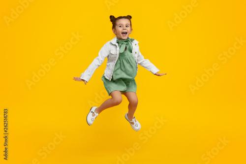Fotografía  Trendy kid jumping and screaming